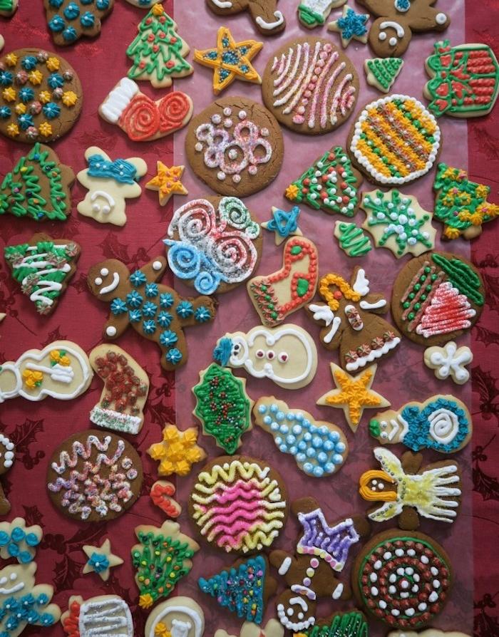 exemples colorés de biscuits faciles à faire en gingembre, cannelle et miel, formes de noel et décoration glaçage, vermicelles, perles et autres ecorations colorées