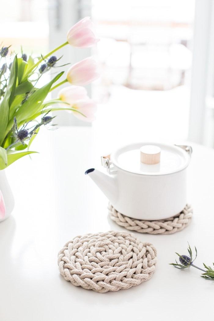 accessoire cuisine à faire soi même, modèle de sous-verres en macramé facile DIY, cadeau ecolo pour maman