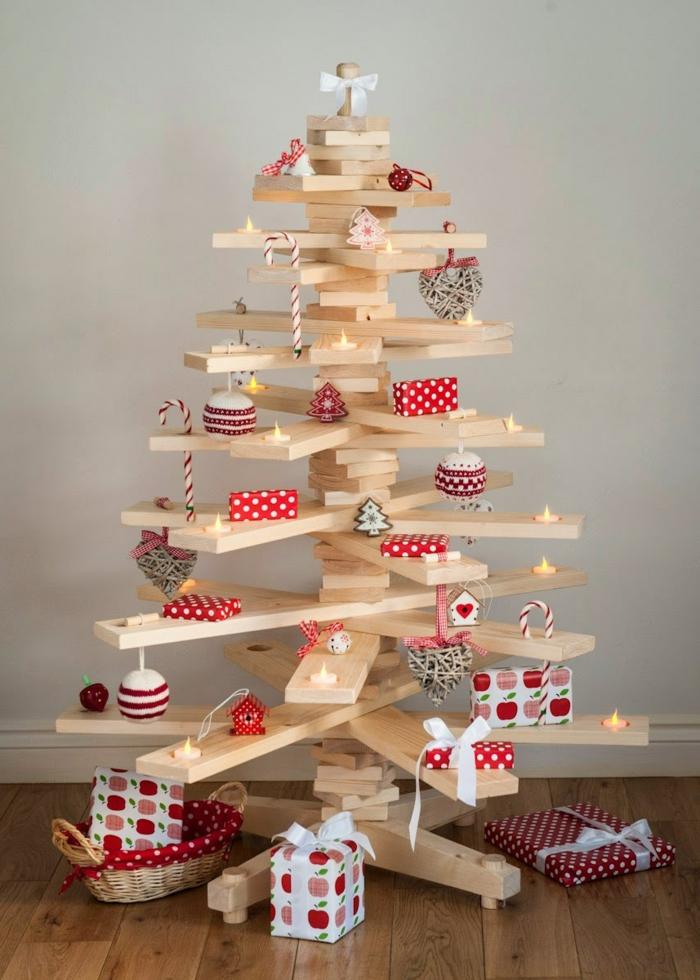 sapin en planches de bois blanc, petits cadeaux habillés en papier décoratif, petites bougies led, maisonnettes