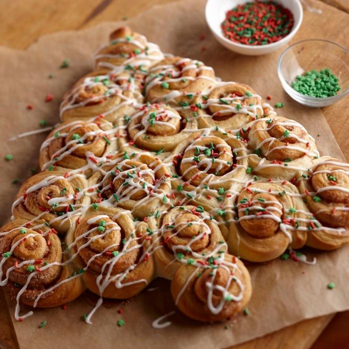 exemple de sapin pate feuilletée au chocolat avec décoration en chocolat blanc et nonpareils de couleurs noel rouge et vert