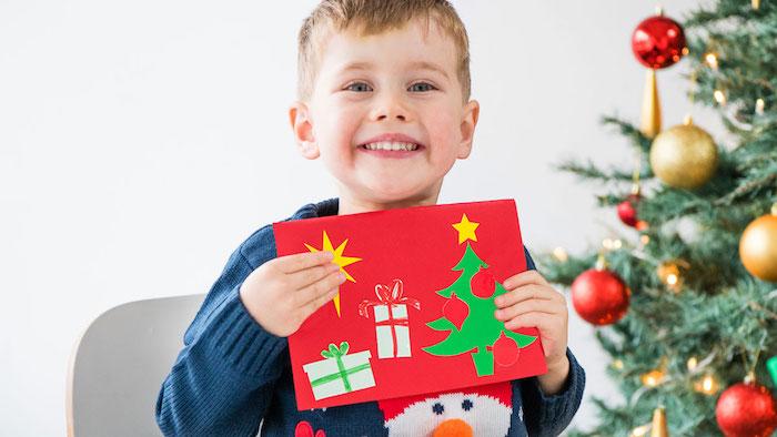 idee de carte de noel maternelle scrapbooking en papier rouge décoré à motifs sapin de noel et cadeaux papier