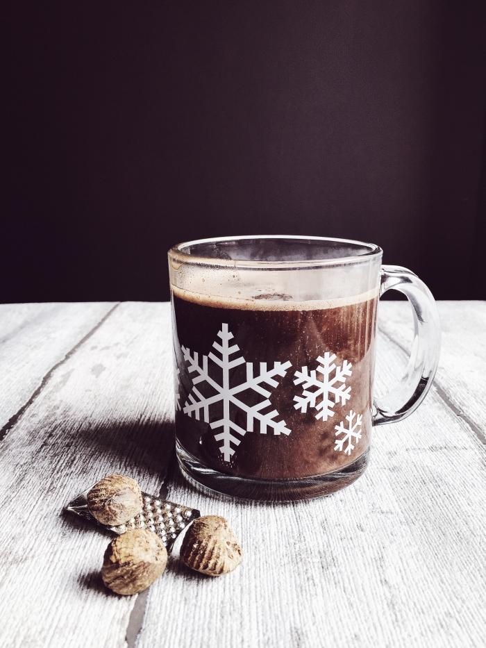exemple de chocolat chaud sans lait, recette boisson chaude au cacao en poudre, mug tasse en verre avec déco flocons de neige