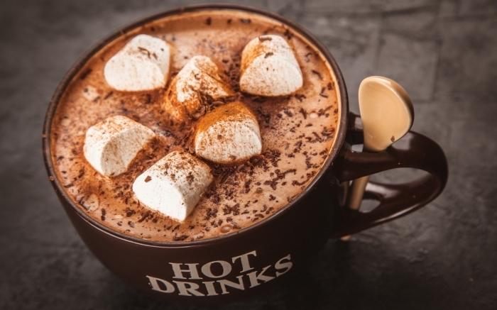 chocolat chaud gourmand au lait et crème fraîche, idée comment servir une boisson chaude aux guimauves et cacao en poudre
