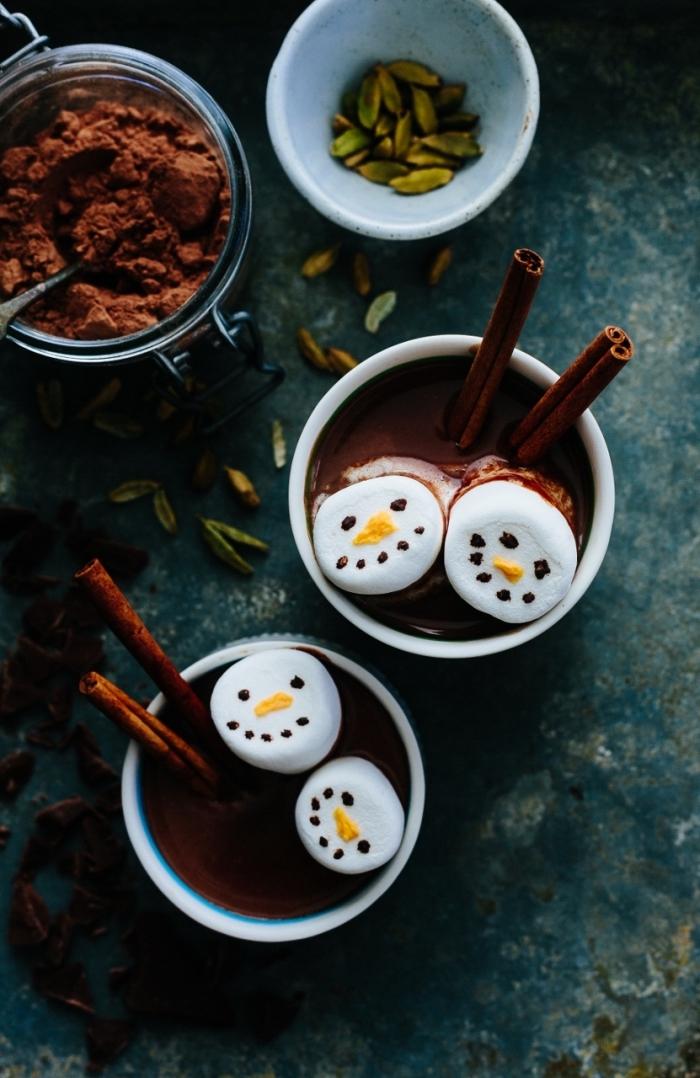exemple de boisson chaude parfaite pour noel, comment préparer un chocolat fondu aux épices et noix parfumé à la cannelle