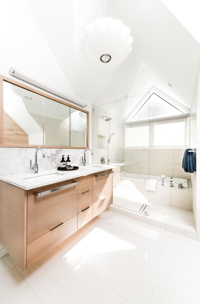 modèle de salle de bain sous pente avec plancher et plafond blanc, choix carrelage salle de bain à imitation marbre