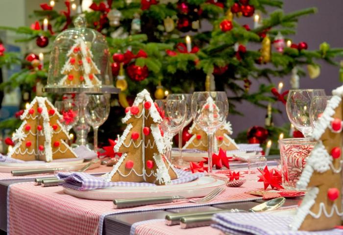 concocter une deco de table noel cr ative sapin de noel d cor  verres  vin petits sapins de carton pli  serviettes de table en rissu carr s roses