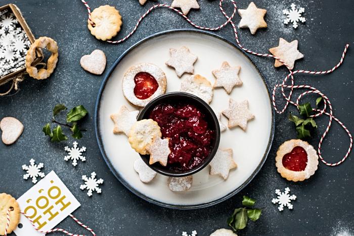 faire un gateau alsacien pour les fêtes de la fin d'année, exemple de cookie au beurre en forme d'étoile et ronds