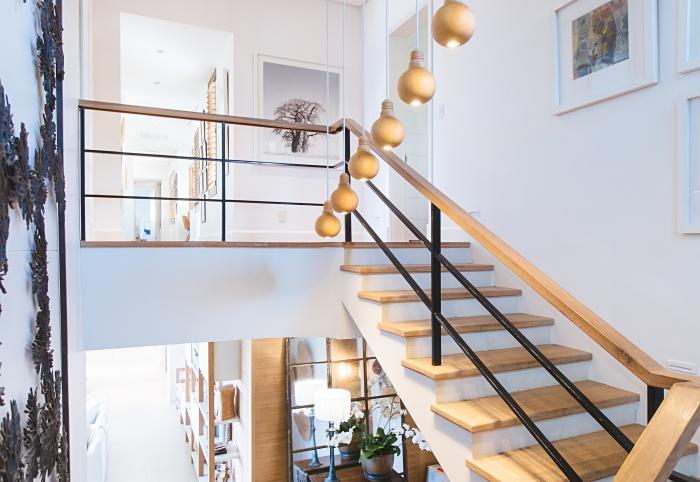 design intérieur style moderne en blanc et bois, modèle d'escalier demi tournant avec rambarde en bois et fer, escalier sur mesure