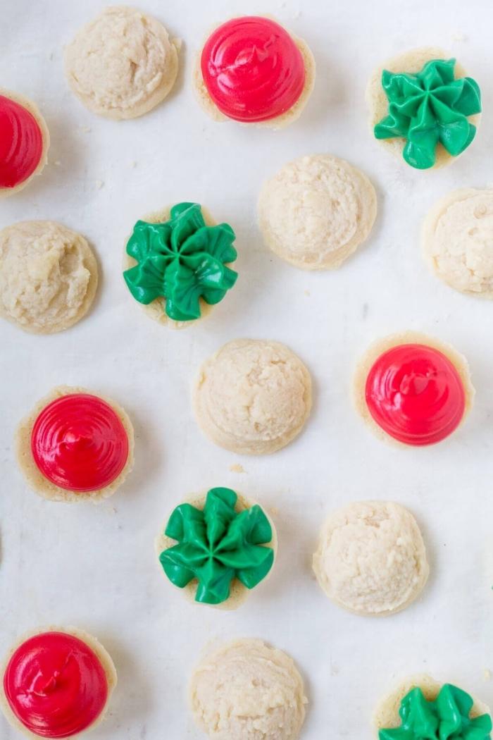 petit gâteau de Noël avec glaçage vert, recette biscuit noel facile et rapide au beurre et sucre, idée pâte sucrée facile