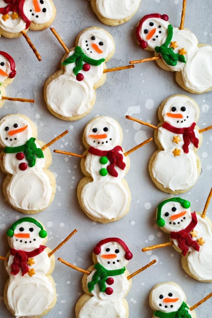biscuit de noel au beurre et sucre en forme de bonhomme de neige, comment décorer des cookies au glaçage royal