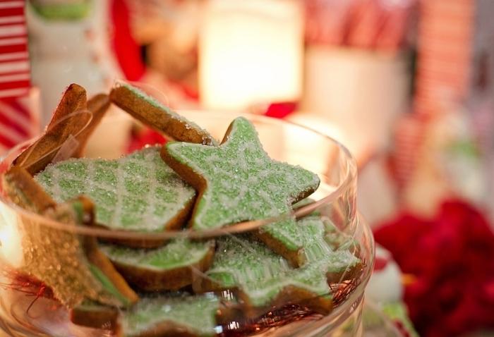 jolis biscuits en forme d'etoile fait avec emporte pièce noel, recette bredele alsacien à la cannelle et au miel avec déco en sucre vert