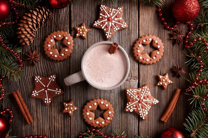 exemple de décoration festive de Noël avec ornements et biscuits fait maison, kit chocolat chaud et bâton de cannelle