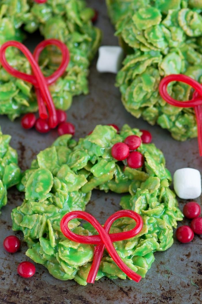biscuits de noel fait maison, idée comment décorer des gâteaux noel en forme couronne de noel verte et papillon rouge