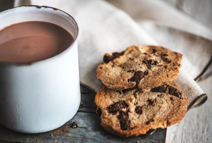 recette chocolat chaud facile, cookies fait maison au beurre et pépites de chocolat, petit déjeuner avec boisson chaude