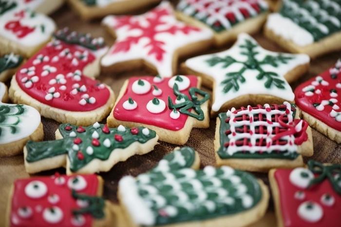 recette biscuits de noel, modèles de cookies en forme de sapin réalisés avec emporte pièce pour noel et glaçage coloré