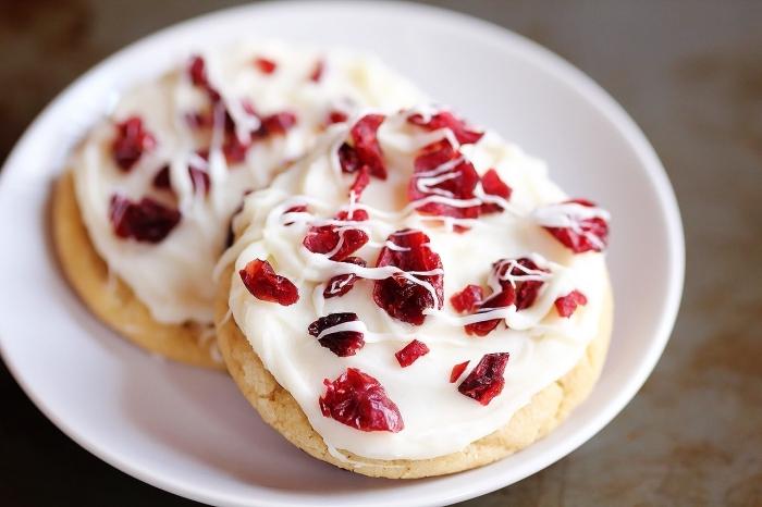 exemple de recette biscuit de noel americain, modèle de bredele au beurre avec glaçage et fruits séchée facile
