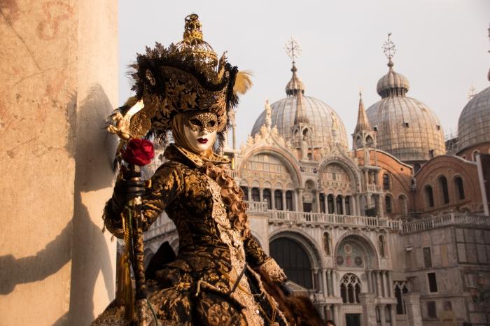 masque carnaval de venise, comment s'habiller pour le carnaval en 2019, mascarade en Venise sur la place Saint Marc