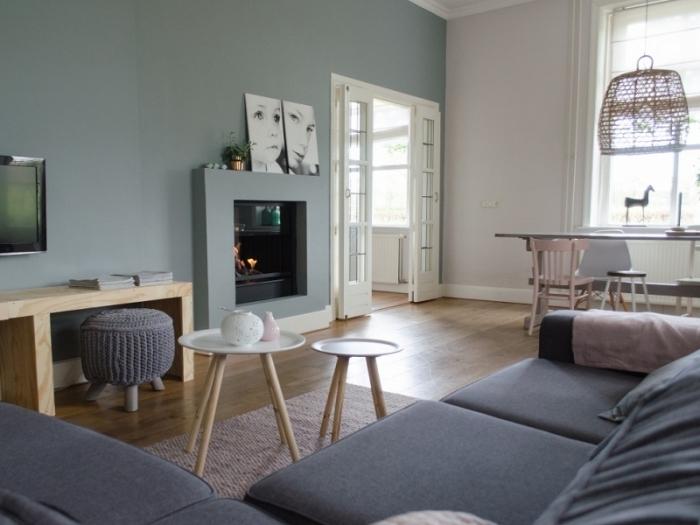 exemple de peinture vert d'eau ou vert pastel dans un salon moderne, idée comment décorer un salon avec cheminée