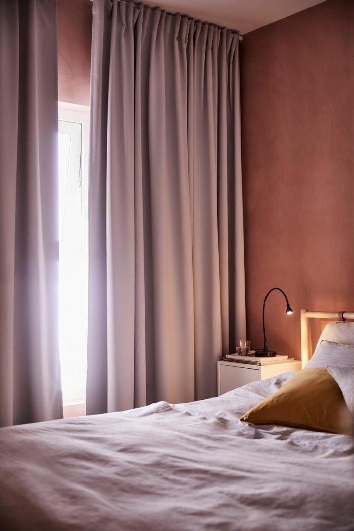 peinture chambre fille, décoration chambre à coucher aux murs terracota avec rideaux longs en violet pastel et meubles en bois clair