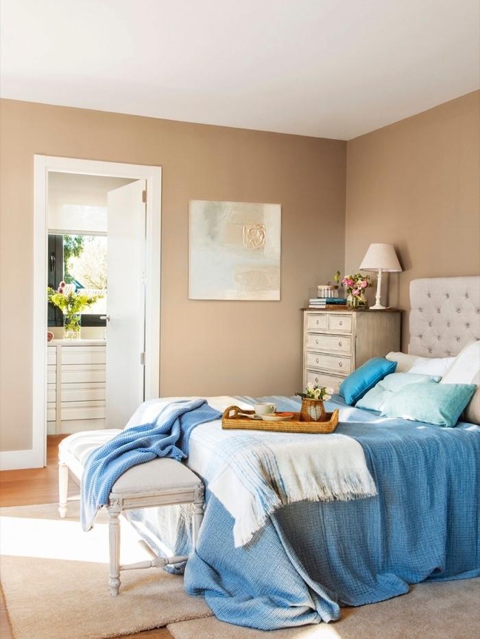 aménagement chambre à coucher cozy, couleur neutre pour peinture murale tendance 2019, peinture couleur beige