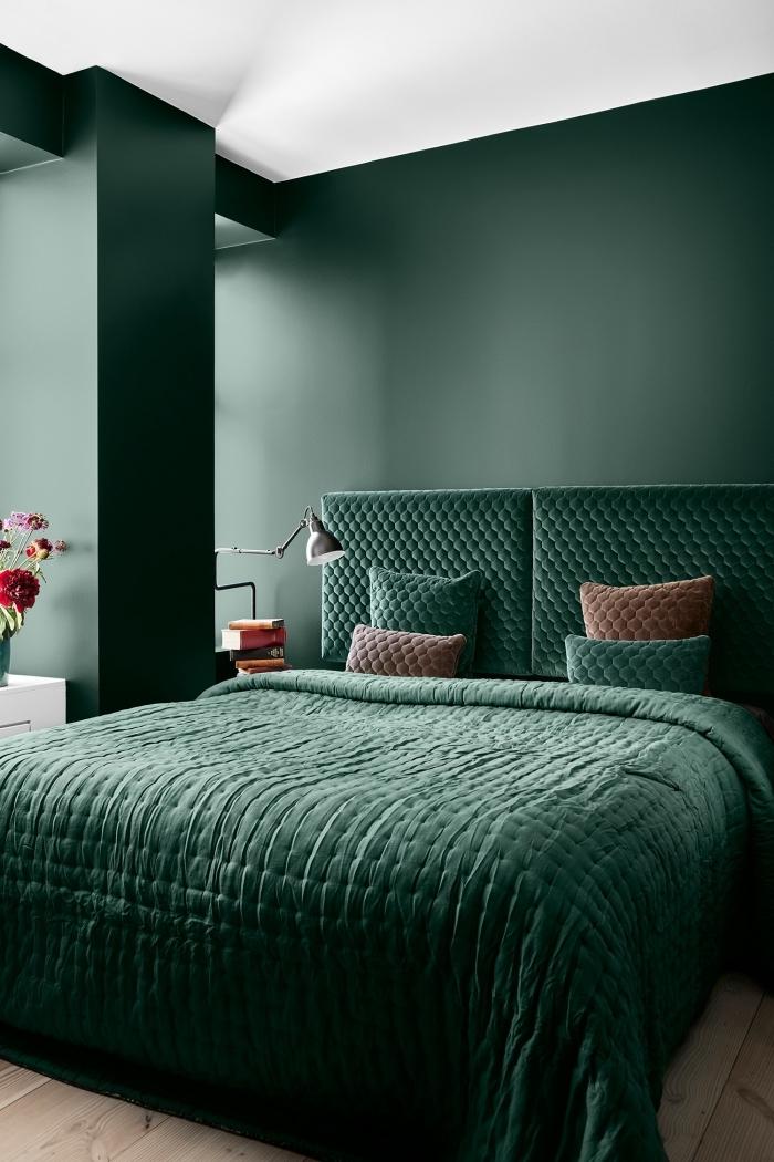 tendance deco 2018 2019, chambre à coucher verte au plafond blanc, aménagement chambre adulte aux murs foncés