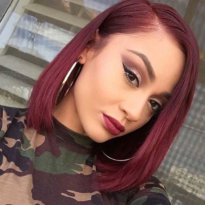 modele coupe façon carré lisse et raide avec coloration cheveux prune bordeaux et tee shirt militaire femme