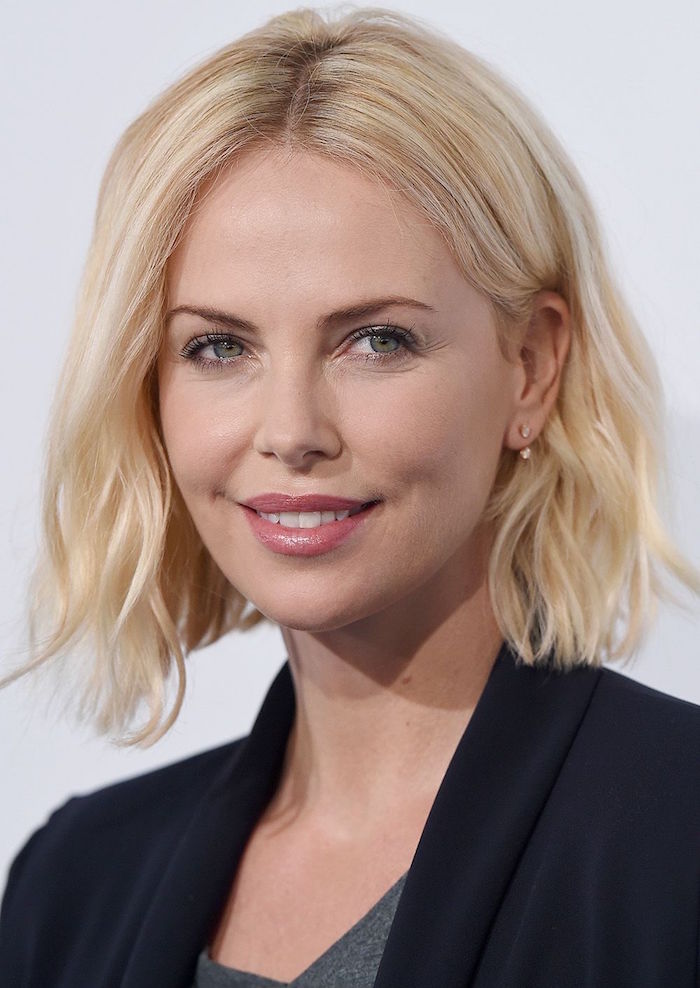 idée de coiffure femme aux yeux bleu clair avec coupe carré mi long ondulé symétrique et coloration blond patine