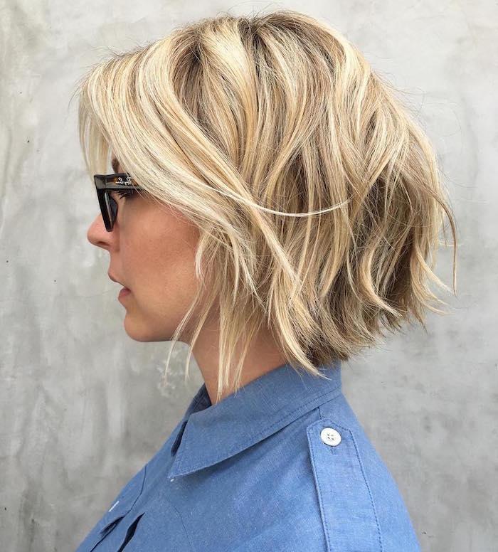 modele de coupe carré dégradé blond avec balayage pour femme avec lunettes et chemise oxford