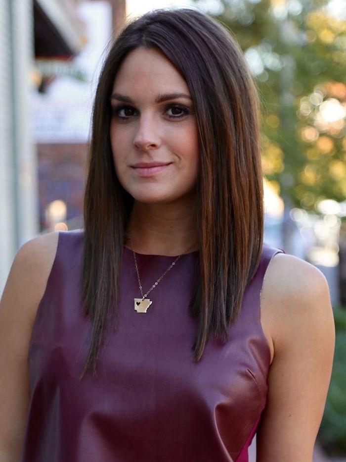 modele coiffure femme carré plongeant dégradé long avec cheveux bruns et robe simili cuir violette