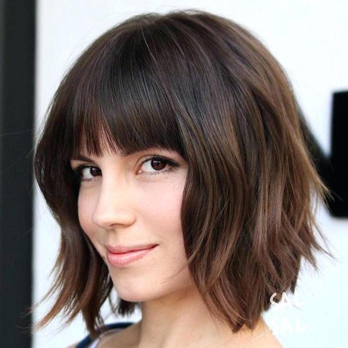 modele coiffure femme carré plongeant 2018 brun marron glacé dégradé ondulé avec frange