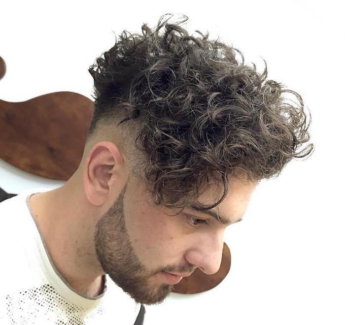 cheveux mi long homme bouclé tombant en avant et coté tres court en dégradé et barbe courte taillée