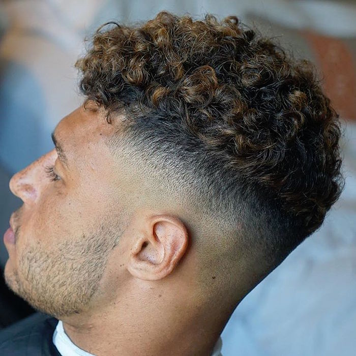homme métisse avec cheveux crépus et coupe dégradé haut court et dessus frisé avec balayage blond