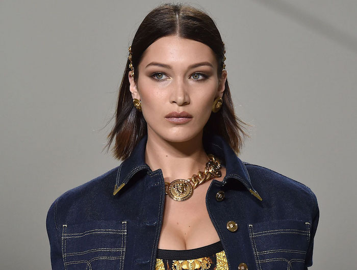 idée coupe carré long tiré derrière les oreilles avec coloration marron glacé pour femme avec top versace et veste en jean