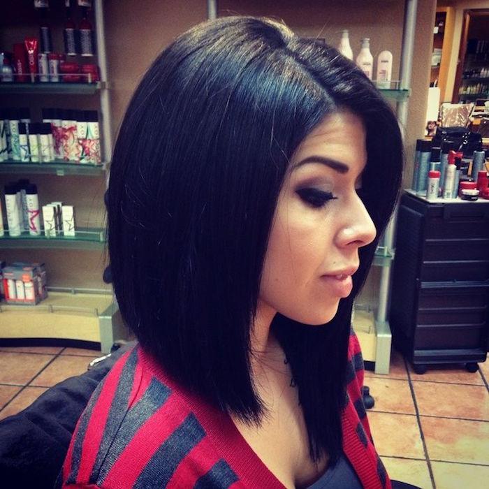 coiffure femme brune aux cheveux noirs au carré long plongeant dans salon de coiffure