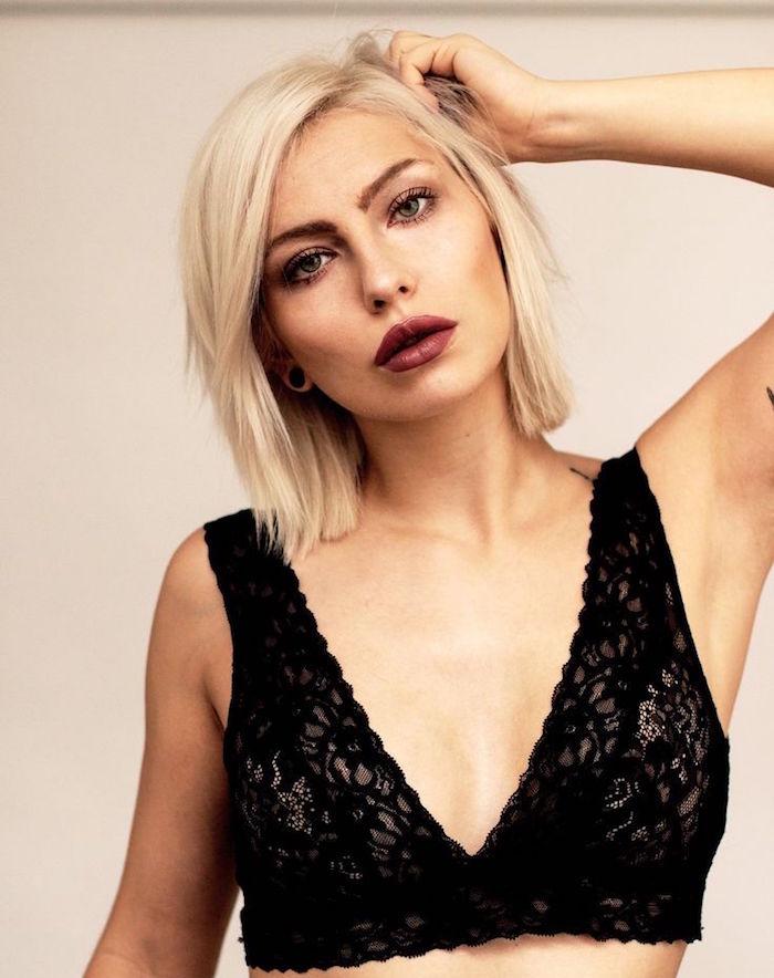 coupe mi longue carré dégradé femme avec décoloration blond platine et top dentelle noire