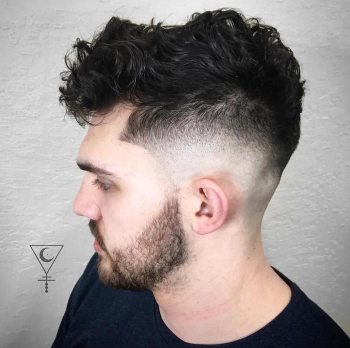 cheveux ondulés homme brun avec coupe en dégradé court et dessus plus long avec frange sur le devant