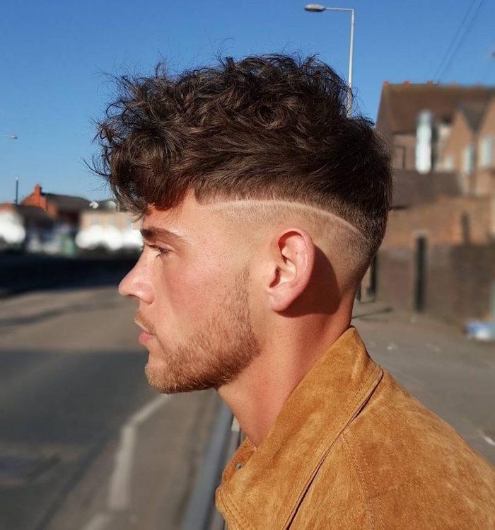 cheveux ondulés homme avec coiffure mode undercut avec bas court et démarcation avec dessus bouclé plus long avec frange