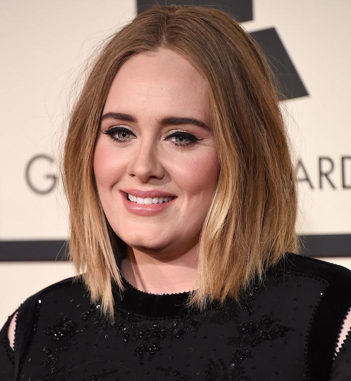 coiffure adèle carré long droit cheveux châtain clair avec balayage et mèches tie and dye blond
