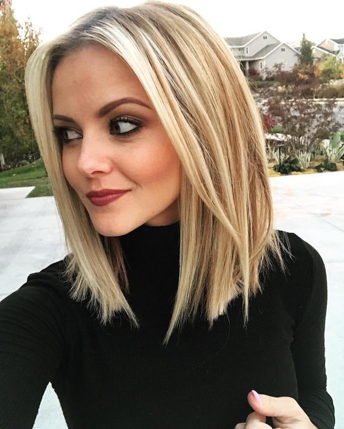 photo selfie femme avec long carré blond platine avec balayage clair et pull col roulé noir