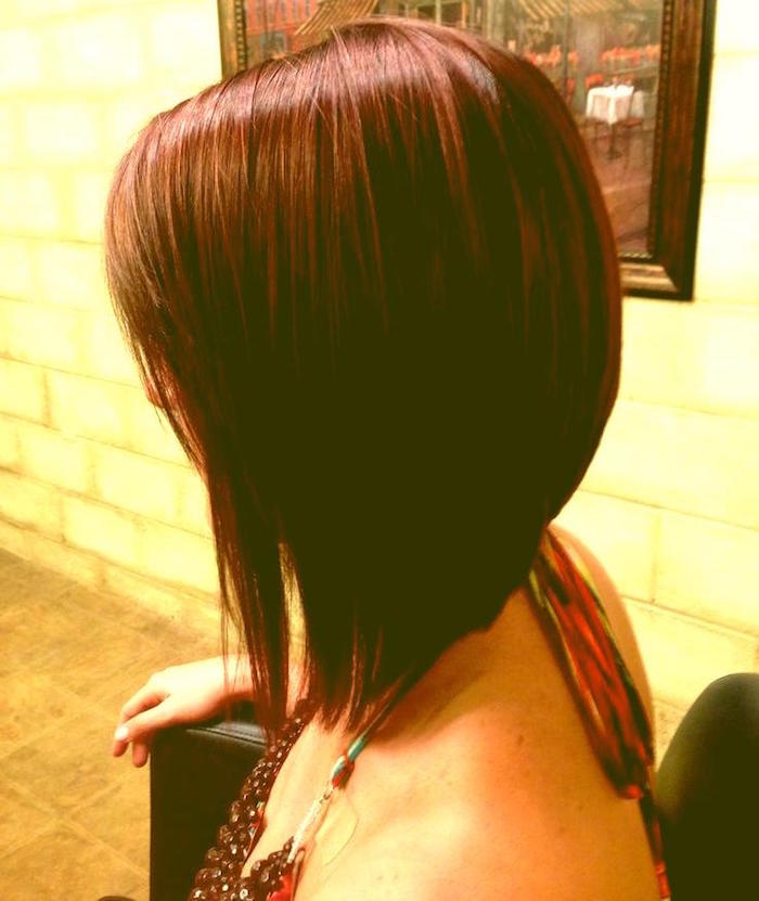 coiffure au carré plongeant mi long pour cheveux avec coloration chatain cuivre