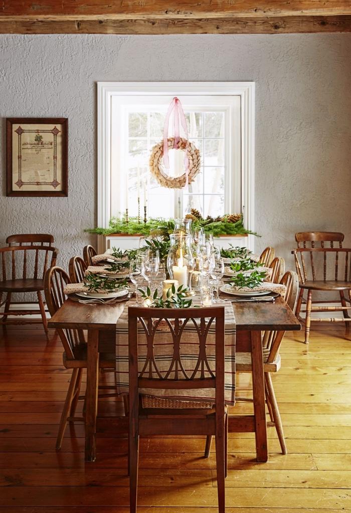 une salle à manger de style vintage avec une déco de table de noël naturelle et une jolie couronne de noël faite maison à partir de boîtes à oeufs récup