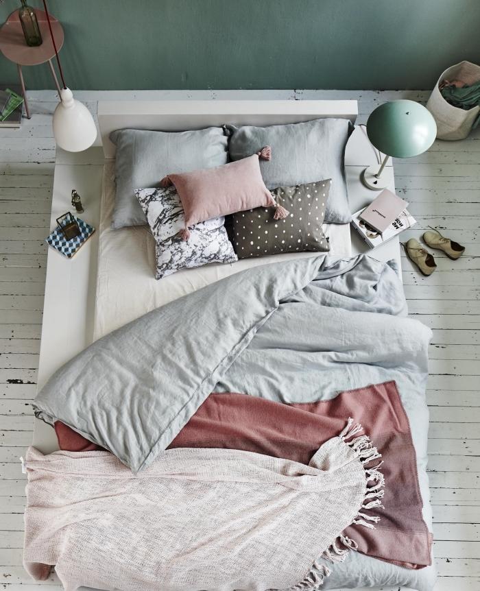 déco de chambre cocooning aux murs pastel, chambre vert d'eau au plafond blanc avec grand lit et meuble moderne