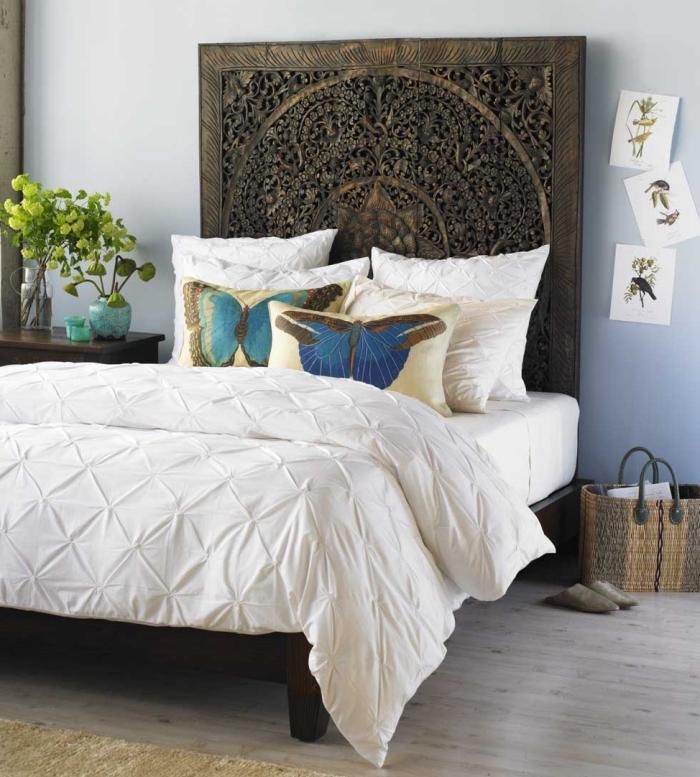 deco chambre femme, modèle de lit avec tête de lit en bois massif, couleur chambre à coucher de nuance bleu pastel