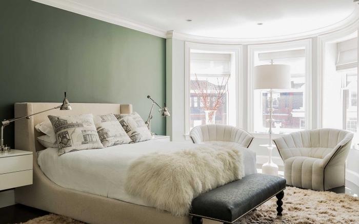 exemple de peinture vert de gris dans une chambre à coucher stylée, déco de chambre adulte avec grand lit et fauteuils