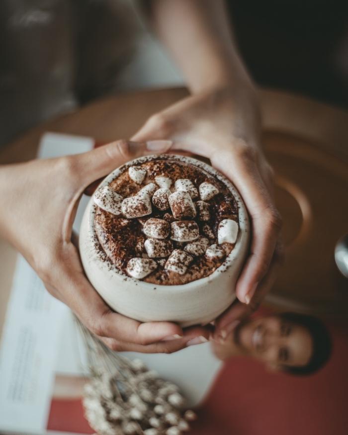 comment préparer un chocolat viennois facile, recette chocolat chaud classique garni de guimauves et cacao en poudre, mug pour boisson chaude