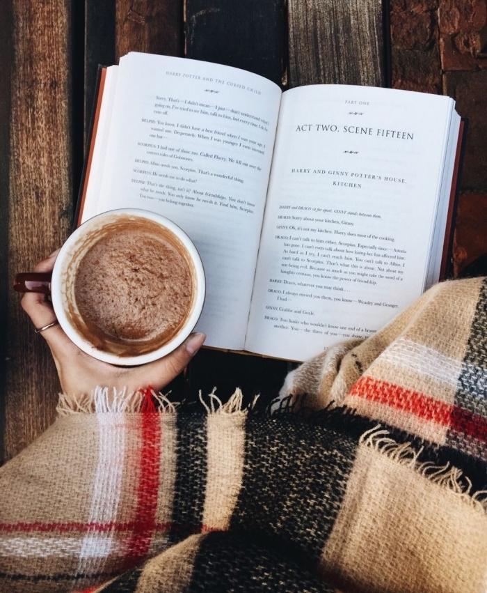 idée recette chocolat chaud maison facile sans lait, ambiance cocooning avec mug tasse de boisson chaude et livre
