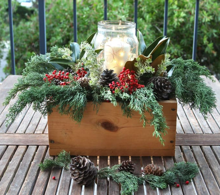 cr er une d co pour le centre de la table caisse de bois brins de pins pommes de pin bocal de verre et bougie blanche allum e