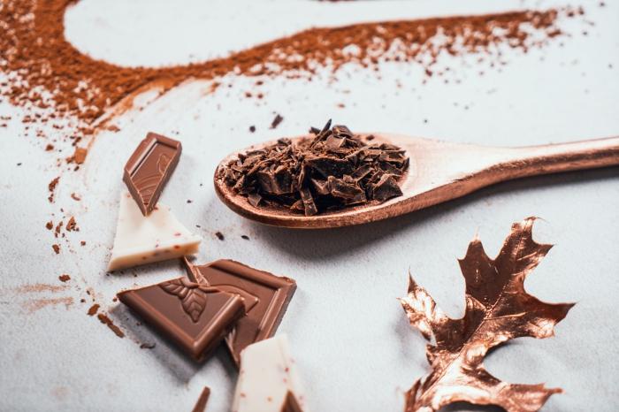 idée comment garnir un verre de chocolat chaud fait maison avec copeaux de chocolat noir, recette boisson chaude au lait de coco
