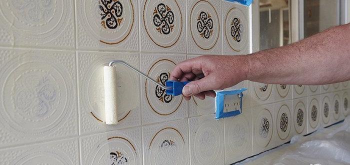 tutoriel pour comment repeindre sa cuisine avec crédence en faience carrelage mural