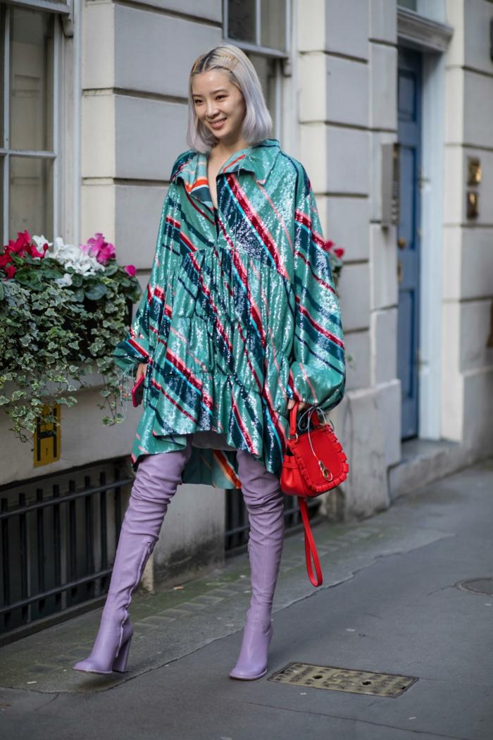 mode femme automne hiver, longues bottes cuir violet, sac rouge, manteau tunique vinyle bleu aux rayures
